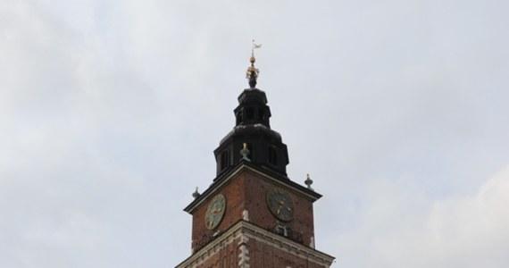 Po ponad pół wieku przerwy nad krakowskim Rynkiem Głównym znów rozległ się głos dzwonu znajdującego się na Wieży Ratuszowej. Jego dźwięk będzie towarzyszył krakowianom kilka razy w roku, przy okazji ważnych wydarzeń i rocznic historycznych.