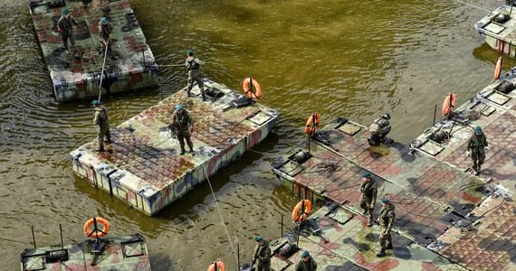 We wtorek wieczorem żołnierze zakończyli łącznie odcinków mostu pontonowego na Wiśle w Warszawie. Przeprawa ma być gotowa w środę.