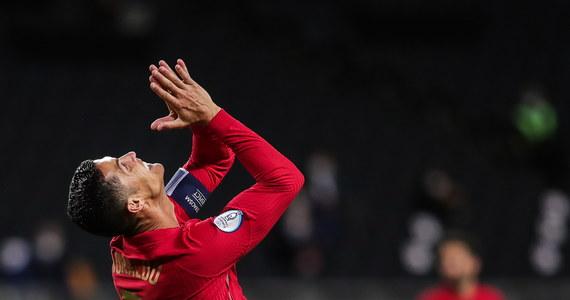 """Cristiano Ronaldo pierwszym Europejczykiem, który dla reprezentacji swojego kraju strzelił 100 bramek. Portugalczyk jubileuszowego gola wbił Szwedom, uderzając bezpośrednio z rzutu wolnego. Na liście wszechczasów przed CR7 jest tylko Irańczyk Ali Daei, który w kadrze strzelił 109 goli. Pytanie brzmi nie """"czy"""", ale """"kiedy"""" Portugalczyk go przegoni."""