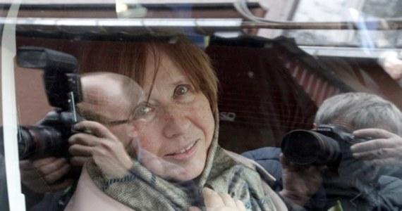 Białoruska laureatka literackiego nobla Swiatłana Aleksijewicz poprosiła o pomoc dziennikarzy. Zaalarmowała, że ktoś próbuje wejść do jej mieszkania. Aleksijewicz, członkini prezydium opozycyjnej Rady Koordynacyjnej, powiedziała, że obawia się o swoje bezpieczeństwo w związku z represjami wobec innych członków tej struktury. Zaznaczyła, że nie chce wyjeżdżać z kraju.