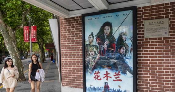 """Fani z całego świata bojkotują najnowszy film Disneya """"Mulan"""". Kontrowersje wzbudziło poparcie brutalnych działań policji w Hongkongu, udzielone przez wcielającą się w główną postać aktorkę Liu Yifei. Krytyka zaostrzyła się po ujawnieniu informacji, że część zdjęć do filmu była kręcona w regionie, gdzie znajdują się obozy reedukacyjne dla Ujgurów, mniejszości muzułmańskiej."""