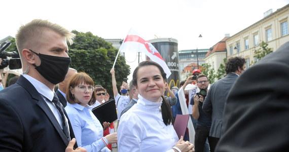Szef Europejskiej Partii Ludowej Donald Tusk zaproponował by UE nominowała kandydatkę w sierpniowych wyborach prezydenckich na Białorusi Swiatłanę Cichanouską i przebywającego wciąż w więzieniu jej męża Siarhieja do Pokojowej Nagrody Nobla.