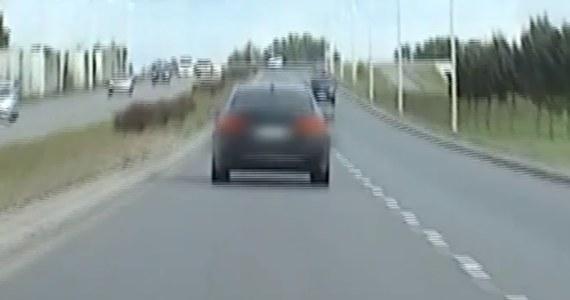 Policjanci z Wrocławia zatrzymali do kontroli osobowe bmw, którego kierowca rażąco ignorował obowiązujący w mieście limit prędkości. Pomiar wykazał, że mężczyzna pędził 154 km/h na odcinku, gdzie można poruszać się maksymalnie 70 km/h. Został ukarany mandatem. Jeszcze tego samego dnia funkcjonariusze zatrzymali 28-latka drugi raz za to samo wykroczenie.