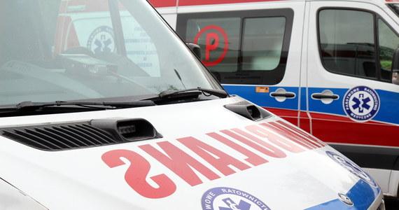 Dwuletnie dziecko wypadło z okna na drugim piętrze w bloku przy ulicy Puławskiej w Warszawie. Chłopczyk był przytomny. Został zabrany do szpitala.