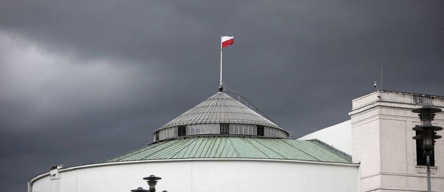 Ożywione rozmowy Zjednoczonej Prawicy o rekonstrukcji rządu i nowej formie współpracy Prawa i Sprawiedliwości z Solidarną Polską i Porozumieniem są najlepszym dowodem na to, że kolejne wybory coraz bliżej. Politycy rządzących partii najwyraźniej rozumieją, że mają przed sobą niełatwe trzy lata rządów, które w dominującym stopniu rozstrzygną, jakie będą ich szanse w roku 2023. Premii za 500+ już wtedy nie będzie. Zwiększeniu tych szans służy zapewne ukłon w stronę młodego pokolenia, jakim jest propozycja znacznego wzmocnienia ochrony praw zwierząt. Młodzi wyborcy nie docenili w wystarczającym stopniu polityki ostatnich pięciu lat. Jarosław Kaczyński rozumie, że musi ich czymś przekonać. Zaczął od sprawy, która ma dla młodych ludzi zaskakująco duże znaczenie.