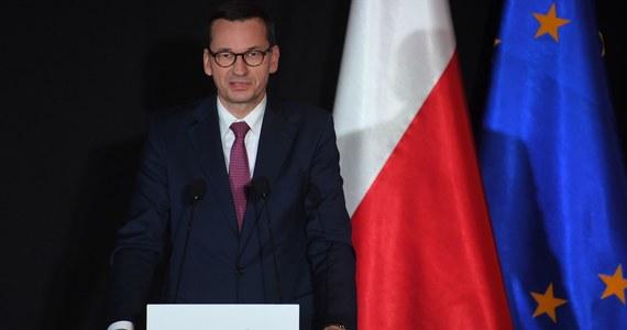 """Epidemia nadal jest i jest ona groźna; nośmy maseczki i dmuchajmy na zimne - mówił w środę premier Mateusz Morawiecki, odnosząc się do obecnej sytuacji epidemicznej w Polsce. Zapewnił, że rząd nie chce wrócić do lockdownu, ale nie wykluczył obostrzeń """"w niewielkim rozmiarze""""."""