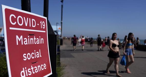 """Od poniedziałku zakazane będzie w Anglii spotykanie się w grupach liczących więcej niż sześć osób - zarówno w pomieszczeniach zamkniętych, jak i na otwartej przestrzeni: zgodnie z wcześniejszymi zapowiedziami brytyjski premier Boris Johnson ogłosił zaostrzenie koronawirusowych restrykcji. """"Musimy działać teraz, aby powstrzymać rozprzestrzenianie się wirusa. Tak więc upraszczamy i zaostrzamy zasady dot. kontaktów społecznych"""" - podkreślił na konferencji prasowej."""