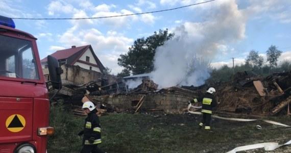 """Trzy budynki mieszkalne, stodoła i budynek gospodarczy spłonęły - to skutki pożaru w miejscowości Więciórka koło Myślenic w Małopolsce. Na szczęście nikt nie został ranny. Mieszkańcy mówią jednak, że stracili dorobek swojego życia. """"Przerażająca noc"""" - relacjonują w rozmowie z reporterem RMF FM."""