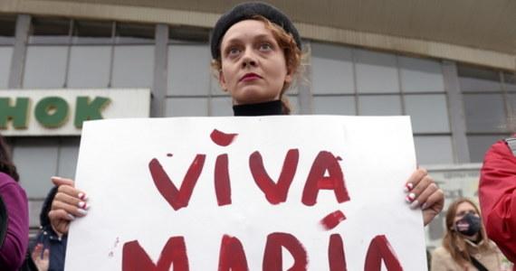 Przebywającej w areszcie w Mińsku Maryi Kalesnikawej grożono śmiercią. Wcześniej białoruskie służby próbowały wywieźć ją z kraju, ale na granicy z Ukrainą opozycjonistka podarła swój paszport. Przez wiele godzin nie było z nią kontaktu i nie było wiadomo, gdzie się znajduje. Dziś ma zostać przesłuchana.