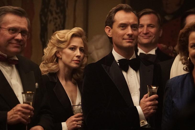 """Jude Law i Carrie Coon zagrali główne role w thrillerze o małżeństwie, którego pozornie idealne życie zamienia się w spiralę sekretów i kłamstw. """"Gniazdo"""" trafi na ekrany kin 9 października."""