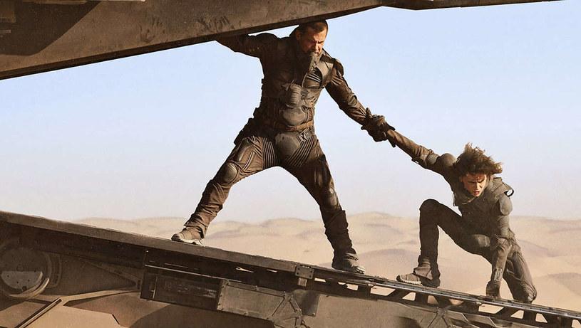"""W środę, 9 września, zadebiutował długo oczekiwany zwiastun ekranizacji powieści Franka Herberta """"Diuna"""". Choć premiera filmu Denisa Villeneuve'a została zaplanowana na 18 grudnia tego roku, próżno szukać tej daty w zapowiedzi. Podsyciło to tylko spekulacje, że twórcy planują pokazać swoją produkcję dopiero w 2021 roku."""