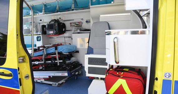 Do groźnego wypadku doszło w miejscowości Jasienin Duży niedaleko Brzezin w województwie łódzkim. 49-latka przygniotła maszyna rolnicza. Odtransportowano go śmigłowcem do szpitala.