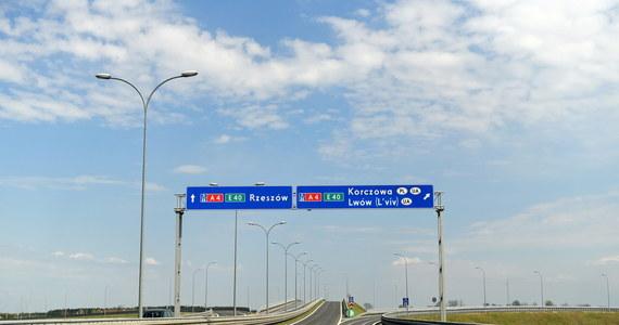 Autostrady i drogi ekspresowe traktowane są w Polsce jak tory wyścigowe. Kierowcy masowo przekraczają tam dozwoloną prędkość - tak wynika z raportu Generalnej Dyrekcji Dróg Krajowych i Autostrad. Badania pokazały, że na niektórych odcinkach aż 70 procent kierujących porusza się zbyt szybko.