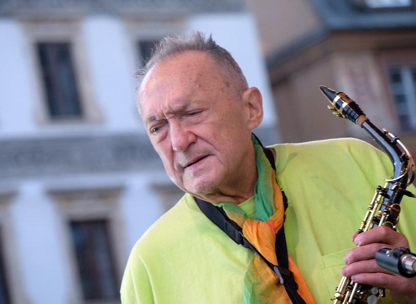 Światowej sławy saksofonista i skrzypek Michał Urbaniak znalazł się w szpitalu. Odbierający w jego imieniu nagrodę Złotego Popkillera dziennikarz Hirek Wrona ujawnił, że stan 77-letniego muzyka jest zły.