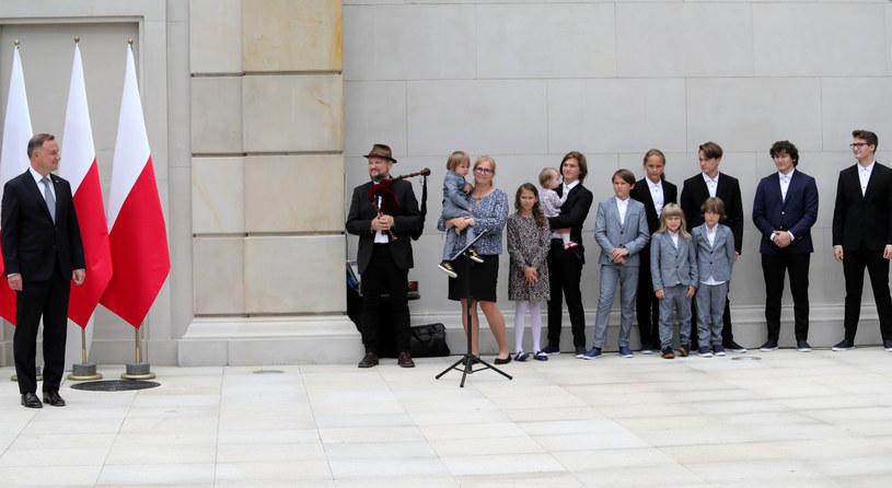 Znany ze współpracy z m.in. Luxtorpedą, Arką Noego, 2TM2,3, Voo Voo, Raz Dwa Trzy i Anną Marią Jopek multiinstrumentalista Joszko Broda po raz kolejny z całą rodziną pojawił się w Pałacu Prezydenckim.
