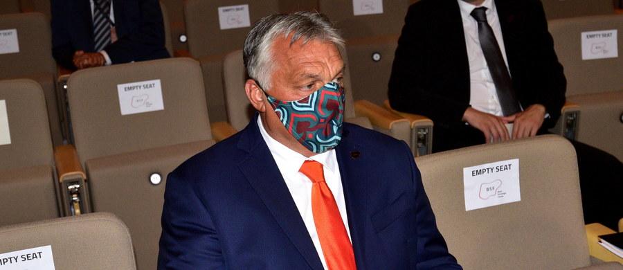 """""""Pierwsza i druga fala wirusa różnią się od siebie. Nasza obrona też będzie różna"""" – zadeklarował premier Węgier Viktor Orban, mówiąc o walce z koronawirusem w wywiadzie dla Radia Kossuth. """"Nie możemy sobie pozwolić na to, żeby wirus ponownie sparaliżował Węgry"""" – podkreślił."""