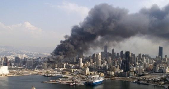 Libańscy strażacy i wojskowe śmigłowce ugasili pozostałości po wielkim pożarze w porcie w Bejrucie, który wybuchł dzień wcześniej. To kolejna głośna tragedia w tym mieście - zaledwie miesiąc wcześniej potężna eksplozja azotanu amonu zdewastowała port i sporą część stolicy kraju