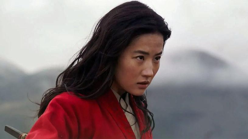Nowa filmowa Mulan to prawdziwa bohaterka na miarę trudnych czasów. Wdzięk, spryt, siła i odwaga pozwalają jej walczyć o siebie oraz troszczyć się o bliskich. Właśnie za to pokochali ją fani. 11 września do kin weszła nowa aktorska wersja kultowej animacji Disneya!
