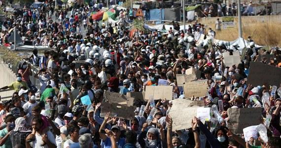 """""""W rezultacie dwóch pożarów spłonęła prawie doszczętnie cała Moria, czyli największy obóz dla uchodźców w Europie. Mamy teraz na ulicach wiodących od Morii w stronę miasta Mitilini, 12 tysięcy bezdomnych uchodźców, sytuacja jest absolutnie tragiczna"""" - powiedziała w Popołudniowej rozmowie w RMF FM aktywistka społeczna Sonia Nandzik, pomagająca uchodźcom na wyspie Lesbos."""