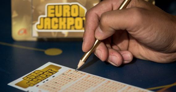 Ponad 96 milionów złotych otrzyma Polak, który w piątkowy wieczór trafił w losowaniu główną wygraną loterii Eurojackpot! To druga najwyższa wygrana w historii gier liczbowych w Polsce.