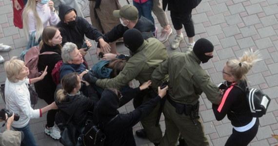 """USA i Europa muszą wyraźnie pokazać, że popierają żądania Białorusinów dotyczące sprawiedliwych wyborów - podkreślił w komentarzu redakcyjnym amerykański dziennik """"New York Times"""". """"Trwające miesiąc tłumienie pokojowych protestów przeciwko sfingowanym wyborom na Białorusi to obraza dla każdego, kto ceni demokrację i elementarną uczciwość"""" - zaczyna się komentarz """"NYT"""", zatytułowany """"Wspomóżmy odważnych protestujących na Białorusi""""."""