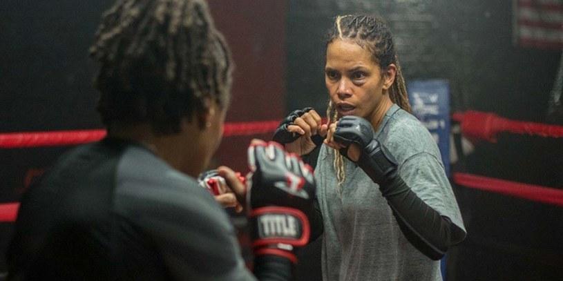 """W reżyserskim debiucie Halle Berry """"Bruised"""" laureatkę Oscara zobaczymy w zaskakującej roli byłej zawodniczki MMA, która nie tylko próbuje wrócić do sportu, lecz również powalczy o miłość porzuconego przed laty syna. Prawa do dystrybucji filmu, którego pierwszy próbny pokaz odbędzie się w sobotę w ramach festiwalu filmowego w Toronto, nabył Netflix."""
