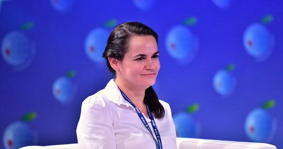 """""""Żyłam w strachu przez całą kampanię prezydencką z myślą, że w każdej chwili zostanę zatrzymana. Czasami chciało się rzucić wszystko"""" - mówi liderka białoruskiej opozycji Swiatłana Cichanouska. Wczoraj w Wilnie obchodziła swoje 38. urodziny. """"Dzisiaj również się boję"""" - dodała. Podkreśliła, że prześladuje ją strach z powodu zatrzymywania Białorusinów."""