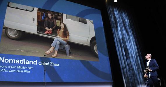 """""""Nomadland"""" Chloe Zhao został uhonorowany w sobotę wieczorem Złotym Lwem na 77. Międzynarodowym Festiwalu Filmowym w Wenecji. Srebrnym Lwem - Wielką Nagrodą Jury doceniono """"Nuevo Orden"""" Michela Franco. """"Śniegu już nigdy nie będzie"""" Małgorzaty Szumowskiej i Michała Englerta bez nagród."""