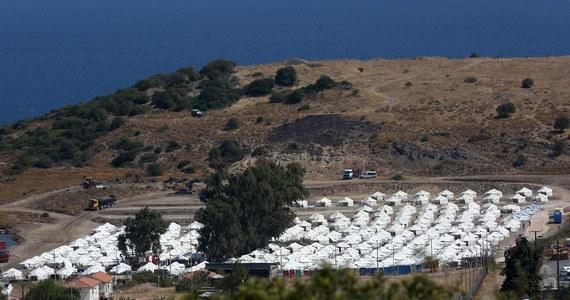 Za pięć dni operacja zostanie zakończona i wszyscy migranci zostaną umieszczeni w nowym obozie - zapowiada grecki minister do spraw migracji Notis Mitarachi, który przebywa właśnie na Lesbos i nadzoruje prace przy stawianiu nowych namiotów na wyspie.
