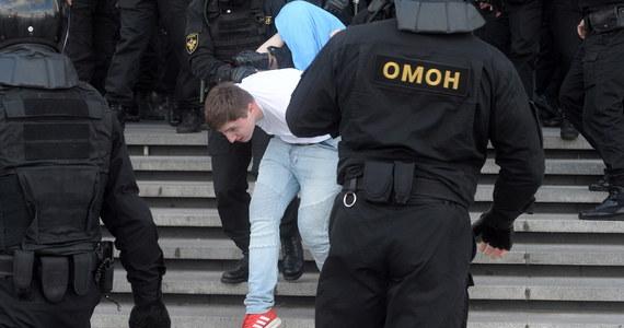 """O rozpędzaniu w różnych miejscach Mińska grup demonstrantów kierujących się do centrum miasta i zatrzymaniach informują w niedzielę białoruskie media niezależne. W Mińsku wyłączono mobilny internet - podała """"Nasza Niwa"""" na Telegramie."""