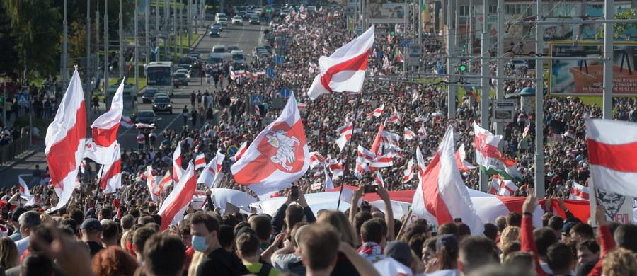 Ponad 400 osób zatrzymano w niedzielę podczas protestów w Mińsku - poinformowało Ministerstwo Spraw Wewnętrznych Białorusi. Resort potwierdził też, że milicjant w stolicy oddał strzał ostrzegawczy w powietrze. Według szacunków agencji Interfax-Zapad w pochodzie wzięło udział ponad 150 tysięcy ludzi.
