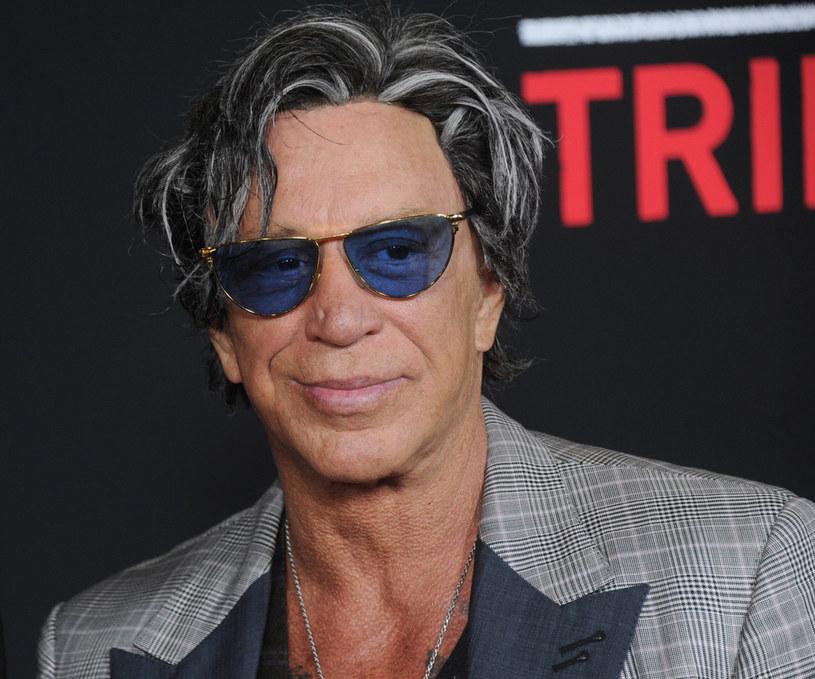 """Aktor, który zdobył popularność rolami w filmach """"9 i pół tygodnia"""", """"Harry Angel"""" i """"Zapaśnik"""" w czasie izolacji społecznej wyładowywał swoje frustracje w mediach społecznościowych. Najpierw zaatakował Roberta De Niro, później Elona Muska. Na najnowszym zdjęciu, które upublicznił w Instagramie, Rourke wreszcie wygląda na zadowolonego z życia."""