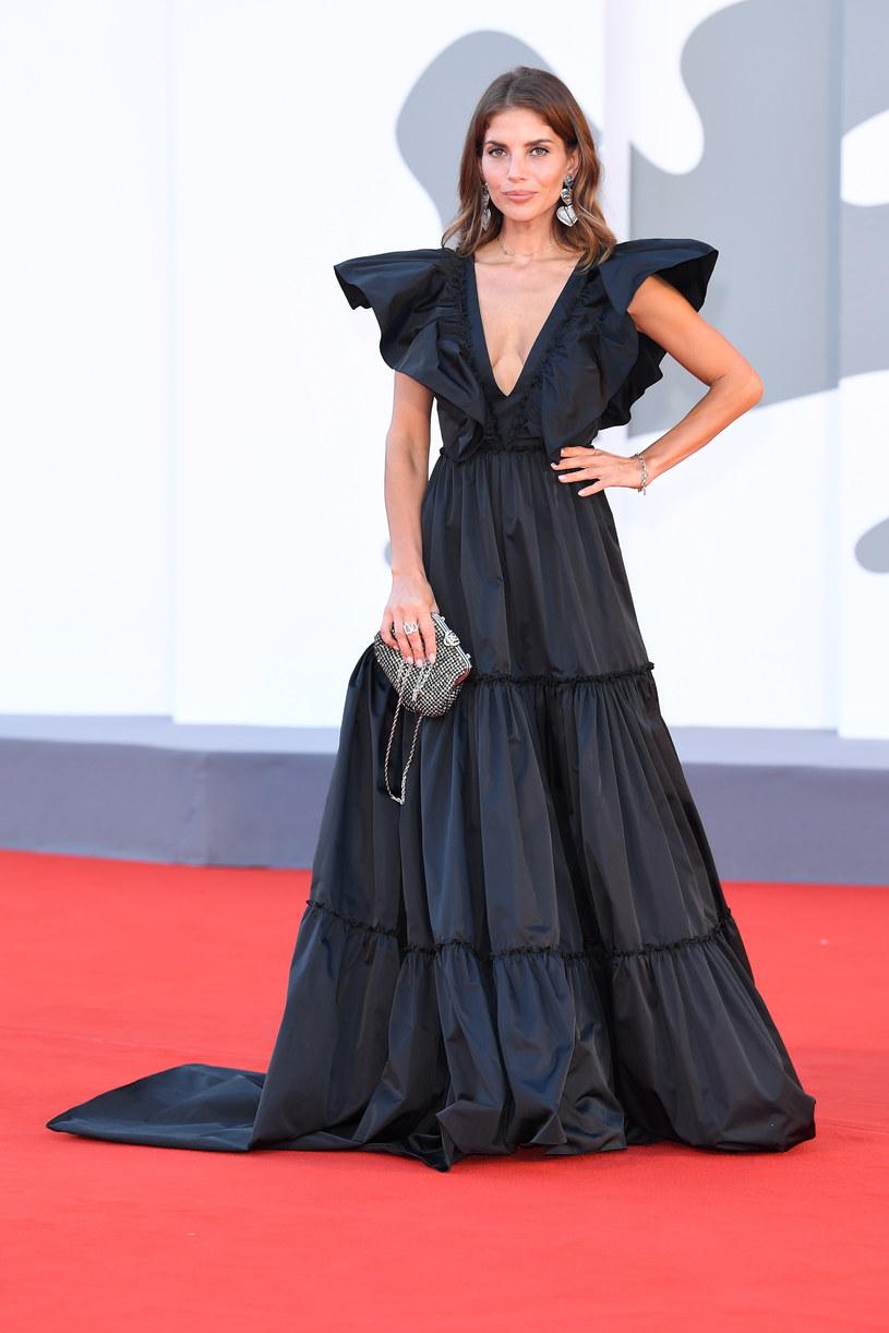 Ceremonia zamknięcia weneckiego festiwalu filmowego dostarczyła miłośnikom mody wielu estetycznych doznań. Prócz olśniewającej Cate Blanchett i wytwornej Vanessy Kirby, na czerwonym dywanie zachwycała także godnie reprezentująca Polskę Weronika Rosati. Czarną rozkloszowaną suknię z efektownymi rękawami uszyła na tę okazję mama aktorki, znana projektantka Teresa Rosati.