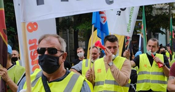 O wznowieniu działalności Międzyzwiązkowego Komitetu Protestacyjno-Strajkowego Regionu Śląsko-Dąbrowskiego i ogłoszeniu w całym regionie pogotowia strajkowego zdecydowały centrale związkowe na Górnym Śląsku i w Zagłębiu Dąbrowskim. Decyzja wynika z negatywnej oceny dotychczasowego przebiegu prac rządowo-związkowego zespołu, który ma stworzyć systemowe rozwiązania dla górnictwa i energetyki.