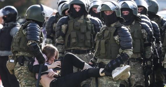 Podczas ostatnich protestów na Białorusi zatrzymano 774 osoby, z czego ponad 500 w samym Mińsku, stolicy kraju – poinformowało w komunikacie Ministerstwo Spraw Wewnętrznych Białorusi. Wśród zatrzymanych znajduje się 9 dziennikarzy.