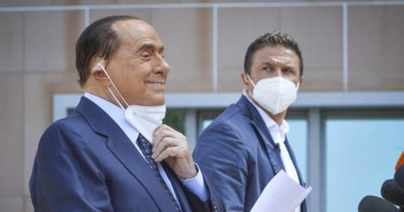 """Były premier Włoch Silvio Berlusconi opuścił w poniedziałek szpital w Mediolanie po przebytym zakażeniu koronawirusem. Ocenił, że """"było to jedno z największych wyzwań"""" w jego życiu."""