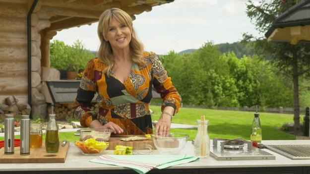 W pierwszym odcinku po przerwie wakacyjnej Ewa Wachowicz - autorka tego popularnego programu kulinarnego – zaprosi widzów do swojej kuchni letniej i drewnianego domu w Zawoi.