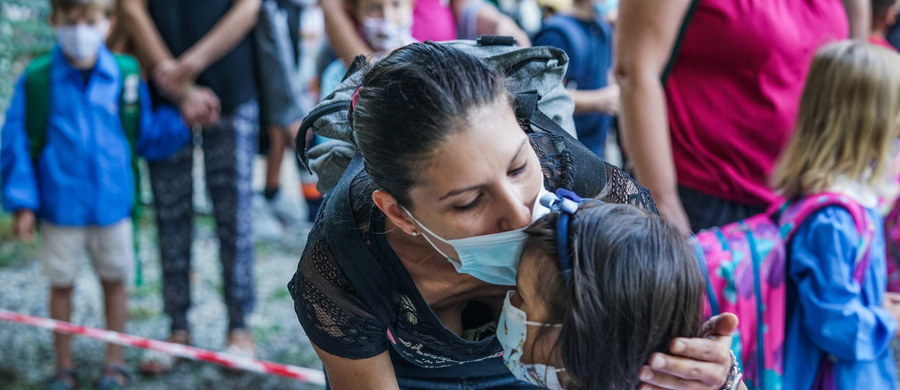 Światowa Organizacja Zdrowia (WHO) poinformowała o rekordowym dziennym przyroście zakażeń koronawirusem na całym świecie. W niedzielę odnotowano 307 930 przypadków infekcji. Polskie Ministerstwo Zdrowia poinformowało w poniedziałek o 377 nowych przypadkach koronawirusa w Polsce. 15 osób zmarło. Łącznie w naszym kraju od początku trwania epidemii zaraziło się 74 529 osób. Lekarzom nie udało się uratować 2 203 z nich. W Marsylii zaczyna brakować łóżek dla pacjentów z Covid-19. Izrael, jako pierwszy kraj na świecie, ogłosił drugi lockdown, zacznie obowiązywać od piątku. Wydarzenia związane z pandemią koronawirusa w kraju i na świecie znajdzicie w naszym raporcie z dnia 14 września.