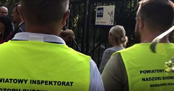 W asyście policji inspektorzy nadzoru budowlanego rozpoczęli kontrolę na terenie planowanej budowy osiedla domów w Lesie Bemowskim koło Warszawy. Inwestycja budzi olbrzymie kontrowersje, bo deweloper chce wybudować kilkanaście domów na byłym poligonie wojskowym między dwoma rezerwatami przyrody, w otulinie Kampinoskiego Parku Narodowego. Próbuje wykorzystać przepisy ustawy anty-covidowej, która wyłączyła część przepisów prawa budowlanego.