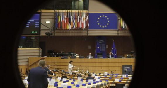 """Polska """"oddala się od wartości europejskich"""" - przekonywał hiszpański europoseł Juan Fernando Lopez Aguilar w czasie debaty w Parlamencie Europejskim nt. stanu praworządności w naszym kraju. Jak podkreślał: """"Chcemy, by Polska wróciła do wartości Unii Europejskiej. UE nie jest obcym mocarstwem ani statkiem pozaziemskim"""". Wiceszefowa Komisji Europejskiej Vera Jourova zapowiedziała z kolei, że Komisja zdecyduje wkrótce o kolejnych krokach wobec Polski w związku z krytykowaną przez Brukselę ustawą dyscyplinującą sędziów. Poinformowała również, że KE bada sprawę """"stref wolnych od LGBT"""", ogłaszanych przez niektóre polskie samorządy. W pewnym momencie - jak donosiła brukselska korespondentka RMF FM Katarzyna Szymańska-Borginon - właśnie ta kwestia i stosunek polskich władz do mniejszości seksualnych zdominowały debatę w Parlamencie Europejskim."""