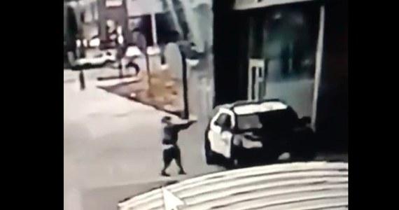 Policja w Los Angeles ogłosiła nagrodę 100 tys. dolarów za informacje o napastniku, który w weekend postrzelił w Compton dwoje zastępców szeryfa. Stan zdrowia rannych funkcjonariuszy poprawia się.