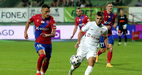 Drugie zwycięstwo w trzecim występie w obecnym sezonie ekstraklasy odnieśli piłkarze Rakowa Częstochowa. Zagłębie Lubin w Bełchatowie poniosło natomiast pierwszą porażkę w rozgrywkach.