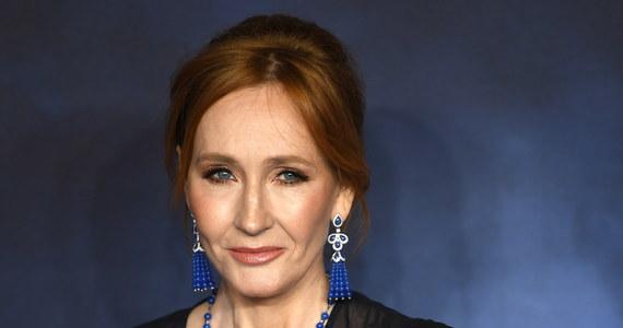 """Plakat z napisem """"I love J. K. Rowling"""" (Kocham J.K. Rowling) pojawił się w Vancouver - mieście położonym na zachodzie Kanady. Billboard został jednak szybko zniszczony i zniknął z przestrzeni publicznej. Według niektórych, wspierał transfobiczne poglądy Rowling."""