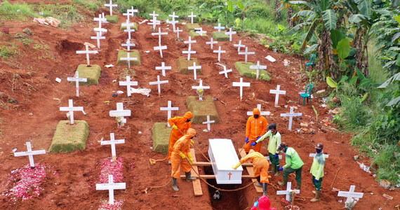 Władze prowincji Wschodnia Jawa ukarały osiem osób, które nie zastosowały się do nakazu zakrywania nosa i ust. Za brak maseczek musieli kopać groby dla ofiar Covid-19.
