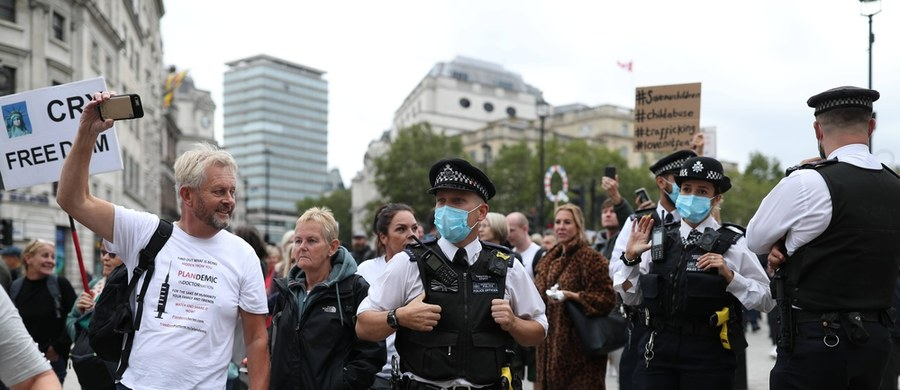 """""""Donoście na sąsiadów, jeśli spotykają się w grupach większych niż 6 osób"""" - po wprowadzeniu ostatnich obostrzeń w Wielkiej Brytanii, taka sugestia padła z ust brytyjskiego ministra odpowiedzialnego za policję. Kit Malthouse uważa, że donoszenie to obywatelski obowiązek."""