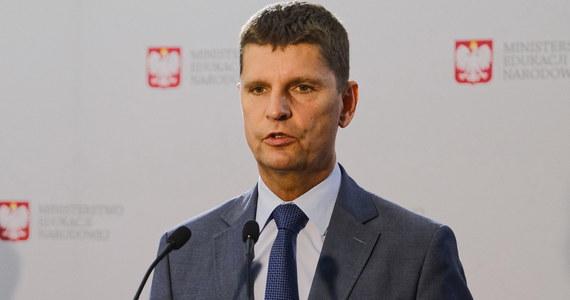 Spadek liczby nauczycieli jest zdecydowanie mniejszy niż liczby uczniów. W tej chwili jest ich około 520 tys. - powiedział we wtorek na konferencji prasowej minister edukacji Dariusz Piontkowski.