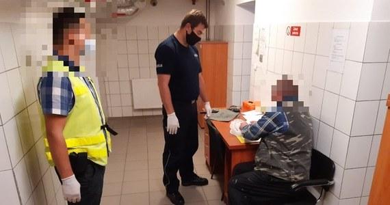 Na trzy miesiące aresztował sąd dwóch mężczyzn - ojca i syna - z powiatu świdnickiego, podejrzanych m.in. o czynną napaść na policjantów i znieważenie ich. Obu grozi do 10 lat więzienia.