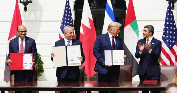 Podczas uroczystej ceremonii w Białym Domu wysłannicy Zjednoczonych Emiratów Arabskich (ZEA) oraz Bahrajnu podpisali porozumienia pokojowe i o normalizacji relacji z Izraelem. To pierwsze państwa z Zatoki Perskiej, które zdecydowały się na taki krok.