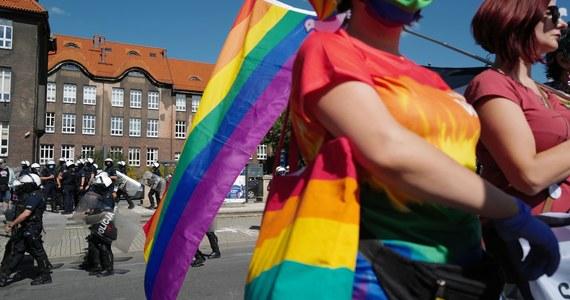 """Księża w całej Polsce zbierają podpisy pod ustawą Stop LGBT, która ma zakazać Marszów Równości. Biskupi są mocno podzieleni - pisze """"Gazeta Wyborcza""""."""
