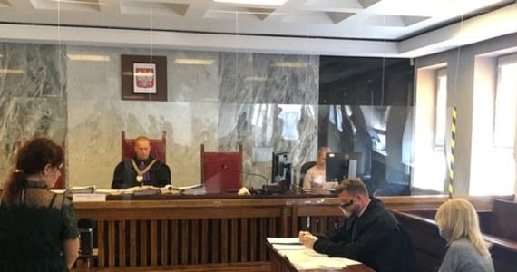 Sąd Rejonowy w Suwałkach uniewinnił ekspedientkę, która w połowie lipca w jednym ze sklepów nie obsłużyła klientki bez maseczki. Wcześniej skazano ją na 100 zł grzywny. Kobieta zaskarżyła orzeczenie i dlatego sprawę skierowano na wokandę.